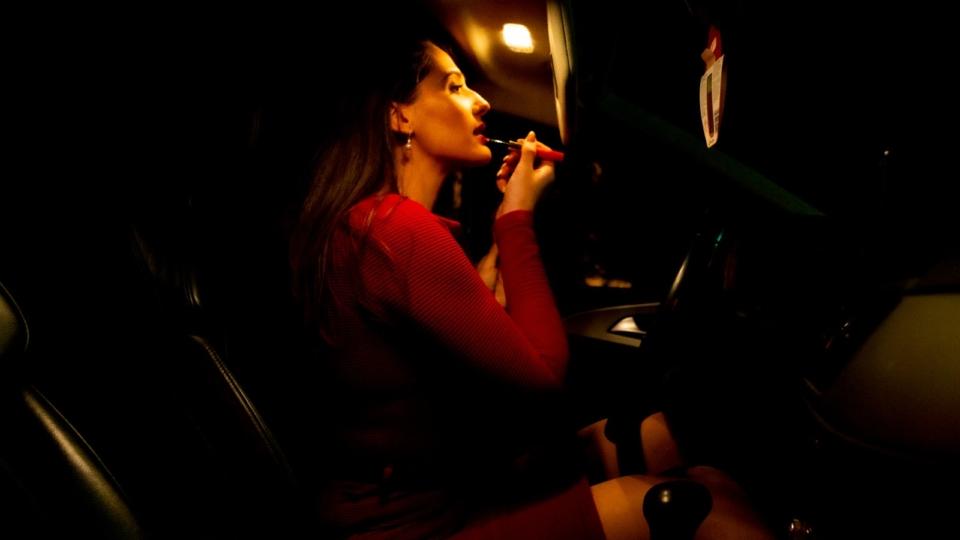 Machiajul la volan vs. siguranța la volan